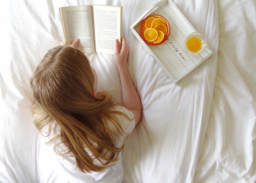 estudiando en la cama para motivarse en redes de mercadeo